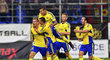 Jakub Jugas slaví se zlínskými spoluhráči gól v zápase proti Spartě