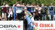 Lavi Lavický si na Vyšehradě užil rozcvičku před vběhnutím na hřiště i s fanouškem