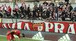 Halil Altintop si šel zvednou dres, který mu přiletěl zpátky od fanoušků Slavie