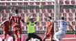 Jiří Valenta z Mladé Boleslavi (vpravo) střílí gól, přihlížejí hráči Brna (zleva) Petr Pavlík, Ladislav Krejčí, brankář Dušan Melichárek a Tadas Kijanskas