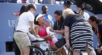 Číňanka ignorovala lékaře. US Open ukončila na vozíčku
