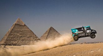 Divočák Ardavičus létal s tatrovkou mezi pyramidami na Rallye Faraonů