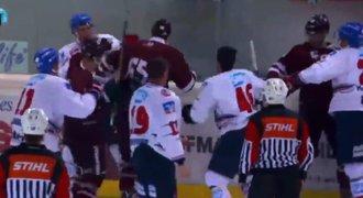 Takhle se pere Sparta! Hokejisté v hromadné rvačce seřezali Mannheim