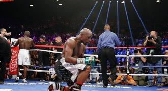 Boxerský supervíkend: Joshua kraloval, Mayweather hrdě odložil korunu