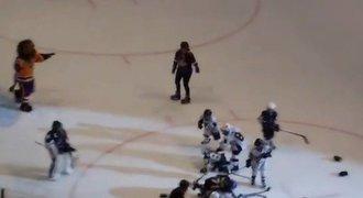 Když se děti perou. Zápas AHL okořenila komická bitka capartů