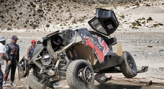 Loeb po nebezpečné havárii: S bojem o čelo Dakaru je konec