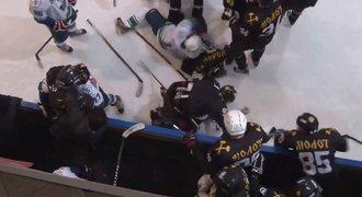 Ruské hokejové šílenství! Při brutální bitce sudí rozdělil 790 minut