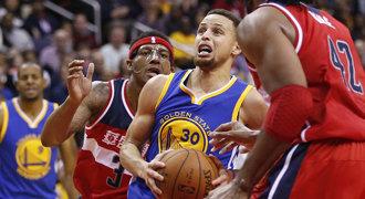Ničitel Curry. Jeho 51 bodů pomohlo k osmé výhře Warriors v řadě
