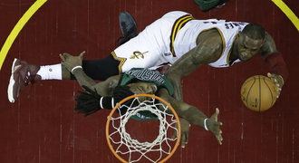 James dovedl Cleveland k výhře nad Bostonem a překonal Duncana
