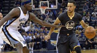 Warriors se těsnou výhrou v Memphisu opět přiblížili rekordu NBA