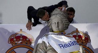 Párty na fontáně! Real slavil triumf, trofej věnoval zabitým fanouškům