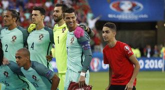 Drzý podavač je slavný! Portugalcům se vetřel na fotku, Ronaldo se bavil