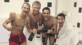 Euforie a šampaňské ve sprše! Tak slavila Lvíčata postup na EURO