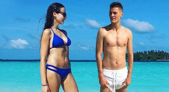 Schick prozradil, kam se po Euru schoval: Sexy brunetku unesl na opuštěné ostrovy!