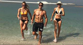 Luxusní dovolená v Dubaji ukázala polonahé sestry i manažera: Hrdlička a jeho buchty!