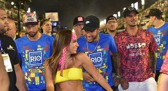 Neymar v zajetí sexuchtivých krásek. Brazilský fotbalista si karneval v Riu užil