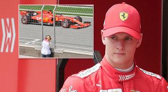 Dojemný moment! Schumacher zpátky ve Ferrari, matka stála u trati