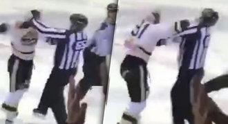 Zbláznil se? Šílený hokejista nevěděl, která bije. Pěstí uspal rozhodčího!