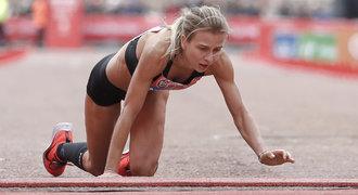 Běžkyně, která se plazila do cíle, dojala Londýn. Podělila se o své utrpení
