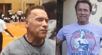 Schwarzenegger obětí napadení! V Africe schytal šílený kop