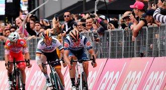 Chaves vyhrál etapu v Dolomitech, Carapaz drží růžový dres