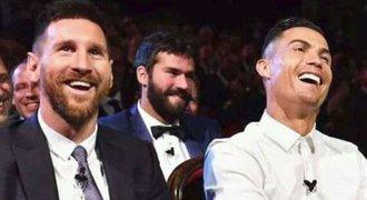 Ronaldo seděl vedle Messiho a hlásil: Snad konečně zajdeme na večeři