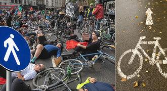 I to je boj za bezpečí cyklistů a chodců na silnici. Předstírají smrt