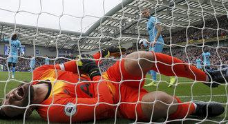 Brankář Tottenhamu chyboval, pak si šíleně ohnul ruku. Kvůli bolesti křičel!