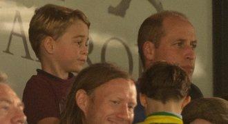 Princ George poprvé na fotbale. Královská rodina na tribuně zaujala