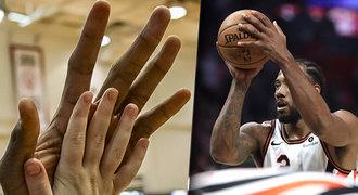 28 centimetrů problémů. NBA vládne muž s obříma rukama