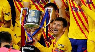 Messiho focení s pohárem: spoluhráči jako fanoušci. Podle Laporty zůstane