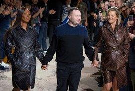 S Kate a Naomi za ruku: Návrhář se stylově rozloučil s kariérou u Louis Vuitton