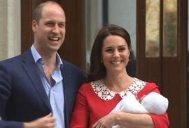 Vévodkyně Kate opustila porodnici v červených šatech!