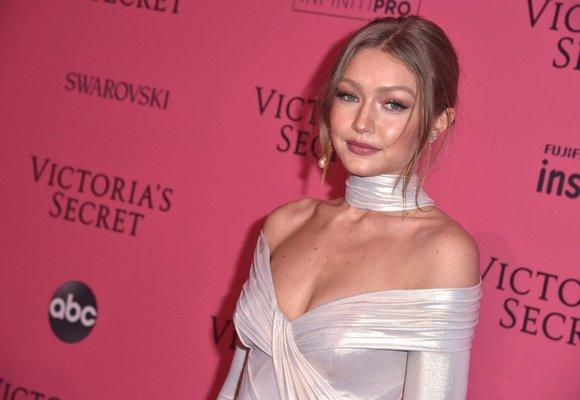 Šaty z večírku Victoria's Secret: Vysoké rozparky, hluboké výstřihy i třpyt!