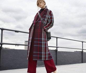 Podzim v novém kabátu: Letošním trendům vévodí jeden střih v různých barvách i se vzory!