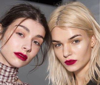 Beauty trendy, které ovládnou rok 2018: Metalické obočí i rozmazané rty!