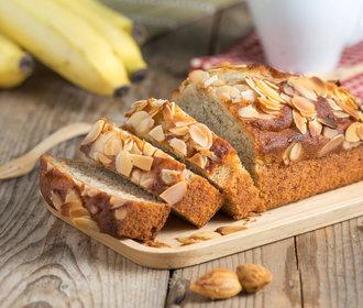 Upečte si k snídani křehký banánový chlebíček s mandlemi!