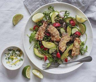 Lehký víkendový oběd: Kuřecí stripsy v sezamu se salátem z quinoy