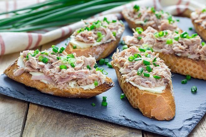 Pomazánka s tuňákem chutná nejlépe v kombinaci s jarní cibulkou a bylinkami.
