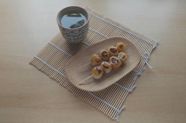 Mitarashi dango, uvařené rýžové kuličky polité karamelizovanou sójovou omáčkou