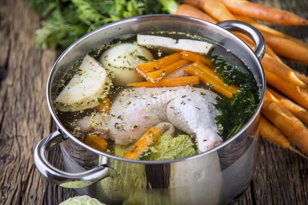 Kuřecí vývar je skvělý základ každé polévky.