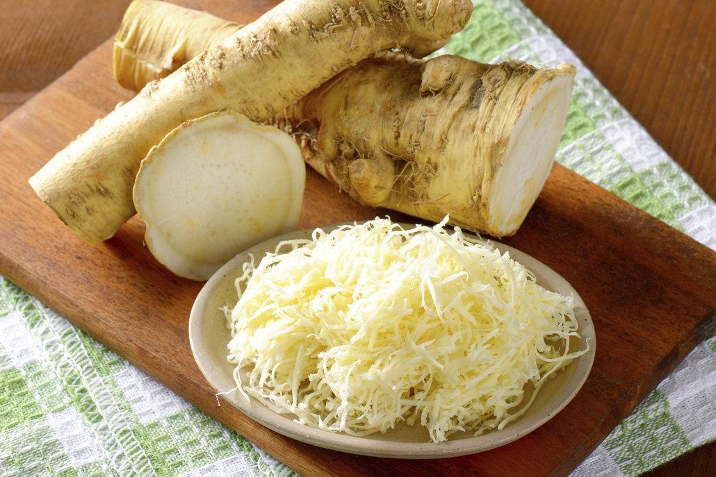 Křen před přípravou omáčky nastrouhejte, jeho chuť a pikantnost víc vyniknou