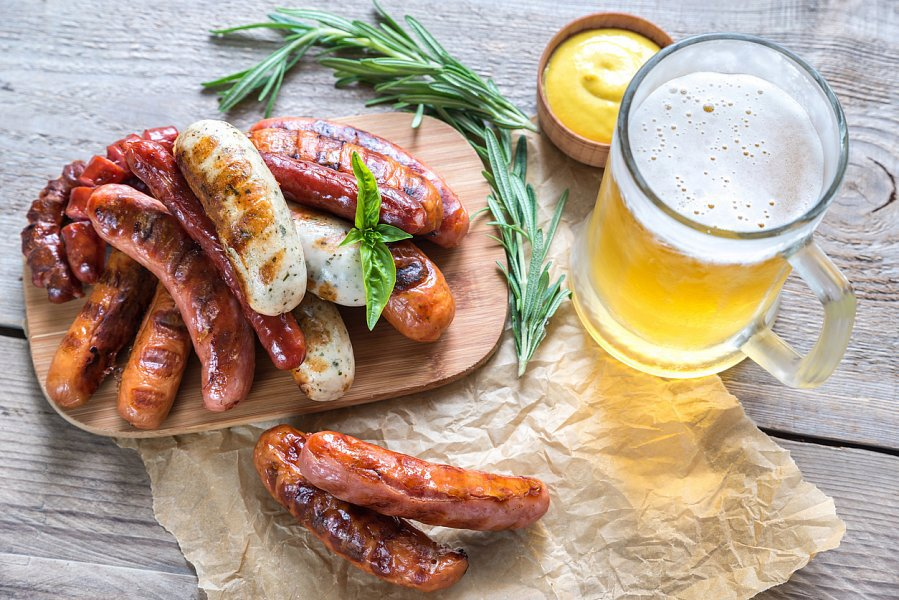 Stejně jako buřty i klobásky lze připravit na pivu