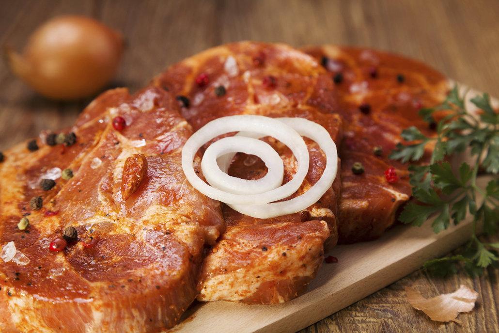 Krkovičku okořeňte a zabalte do slaniny