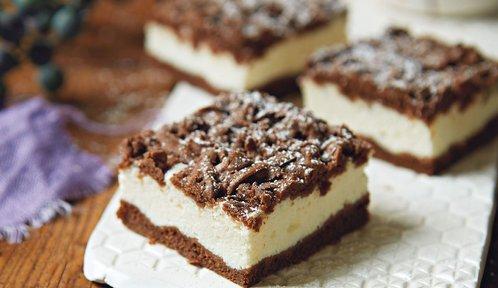Buchty na plech zvládnete snadno a rychle: Strouhaný koláč s tvarohem a jednoduché řezy s ořechy i borůvkami