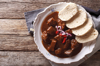 Pokud máte rádi ostřejší jídla, guláš před servírováním posypejte nasekanými chilli papričkami