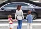 Řidiči v dražších autech dávají méně přednost chodcům, tvrdí studie