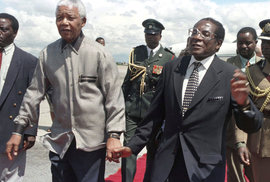 Mugabe vs. Mandela: Oba koketovali s násilím a tíhli ke komunismu. Jak se stal z jednoho diktátor?