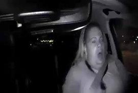 Policie ukázala video smrtelné nehody samořídícího auta Uberu. Zachycuje srážku i výraz pasažérky