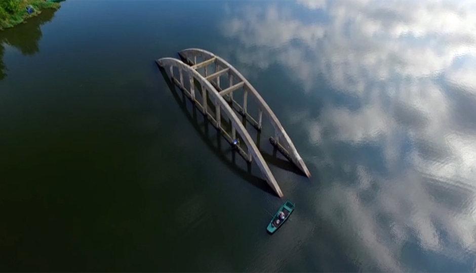Utopený most v nádrži Jesenice: Proletěli jsme nad ním dronem